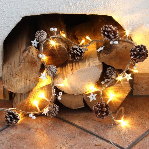 LED Lichterkette  mit Tannenzapfen und Holzsternen am Seil - 20 warmweiße LED - L: 0,9m - braun/weiß