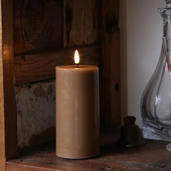 LED Stumpenkerze MIA - Echtwachs - realistische 3D Flamme - H: 15cm - Batteriebetrieb - karamell