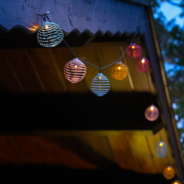 LED Solar Lichterkette Lampions - 10 warmweiße LED - L: 2,50m - Lichtsensor - bunte Spiralkugeln
