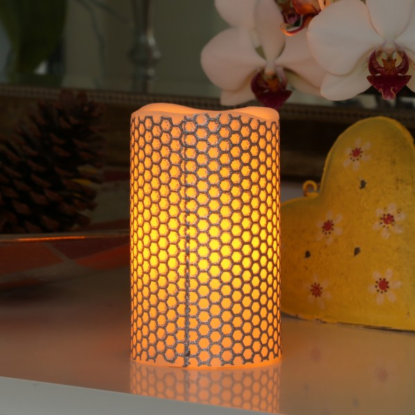"LED Kerze ""Honey"" - Echtwachs - gelbe LED Flamme - flackernd - D: 7,5cm, H: 12cm - silber/weiß"