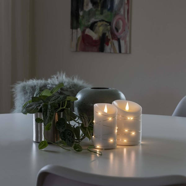 LED Kerze - Echtwachs - mit silberner Drahtlichterkette - 3D Flamme - TImer - H. 13,5cm - weiß