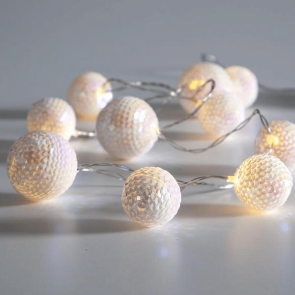 LED Kugel Lichterkette mit Pailletten - 10 weiße Kugeln - warmweiße LED - 1,35m - Batterie - Timer
