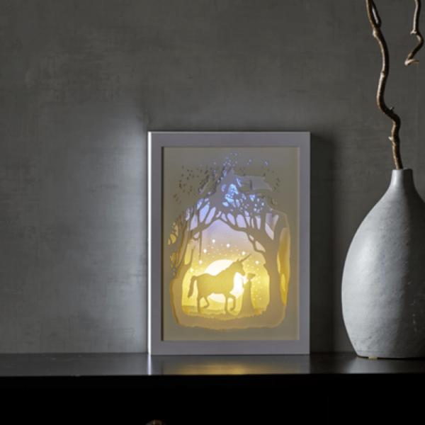 "LED-Bild ""Scenery"" Einhorn mehrdimensional - weiss - 16 warmweiße LED - mit Batterie o. Trafo - Timer"