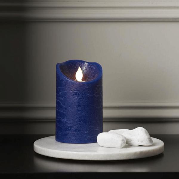 "LED Stumpenkerze ""TWINKLE"" - bewegte, warmweiße LED Flamme - H: 12,5cm, D: 7,5cm - Timer - blau"